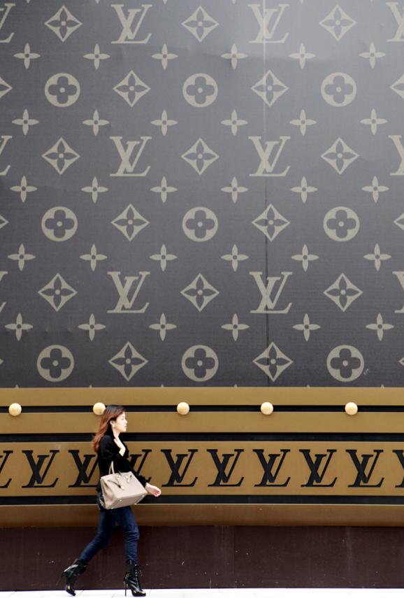 ¿Qué quiere China? Su millón de millonarios, comprar. Mañana, todas las cifras, en S Moda http://t.co/EFsQwVabIr