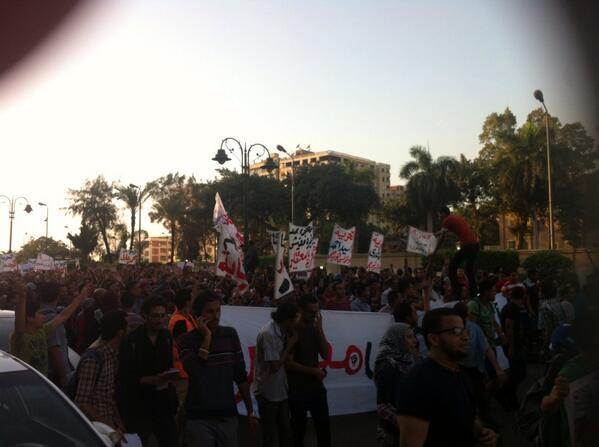 مئات المتظاهرين لاسقاط قانون التظاهر في الطريق إلي الاتحادية http://t.co/oh0y66UNVt http://t.co/ZZLYyCzPWy