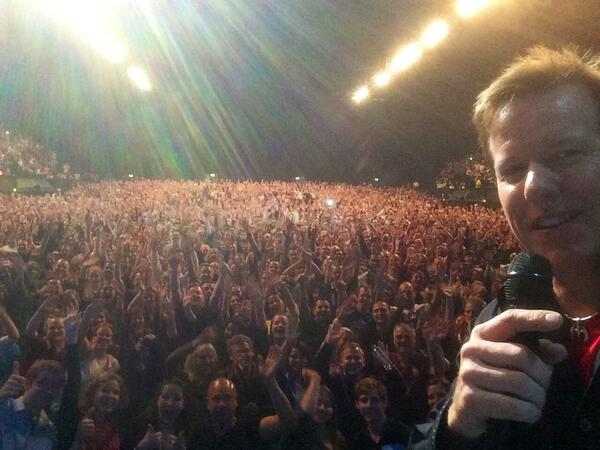 Just walked off stage in London at Wembley Arena! You guys were awesome! #selfieFromStage http://t.co/enTBtrq1sz