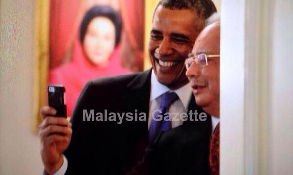 "EPIC! ""@fahmi_fadzil: The only explosive the Secret Service won't mind is a photobomb. Huhu http://t.co/dSQDHEAaho"""