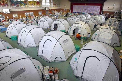 우린 왜 세월호 실종자 가족들이 머무는 체육관에 그 흔한 텐트조차 설치해주지 못하는걸까? http://t.co/x0M9ONm9lZ