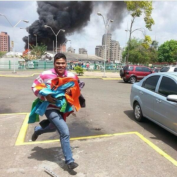 """""""El Hombre Nuevo de la Patria Socialista"""" saqueando durante incendio del CC de Puerto Ordaz: FOTO http://t.co/01EJR4Sz9a via @Daniela180684"""