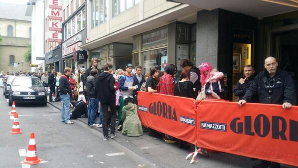 ドイツ・ケルン ライブ2時間前の行列です!この写真で見えないところまでずーっと!ド、ドイツでも人気だとは! http://t.co/bNLGIK9Gqb