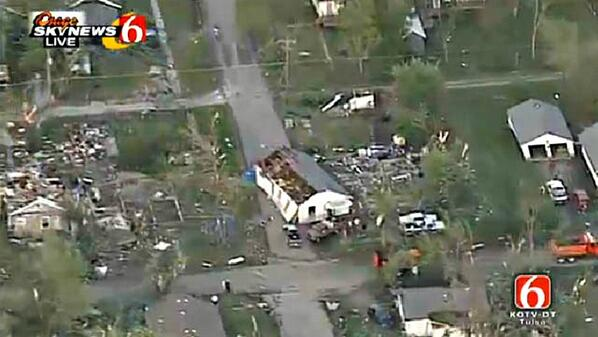 PICTURE: Home in the middle of a street from earlier #tornado in Baxter Springs, #KS via @NewsOn6  #kswx http://t.co/ywoEk2h700