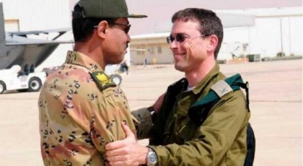 صورة للقيادي بـ ٦ أبريل العميل الخاين أحمد ماهر أثناء لقاء مع ضابط إسرائيلي للتآمر على مصر. الإعدام للخونة! http://t.co/i7ozTfclWf