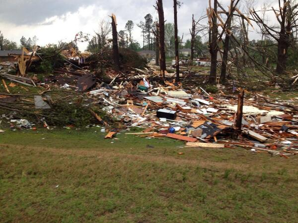 @jaketapper @3onyourside house close 2 theirs is totally gone at country club & Clayton st in #Tupelo http://t.co/sXF5i4z7Ri