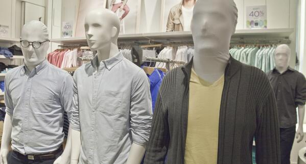 40 human mannequins show up at the Gap in NYC. The Gap calls 911. Video: http://t.co/psYSItqW7q Photo: http://t.co/tpw6HEhIIS