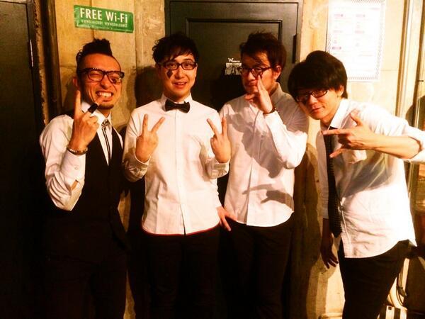 本日のメンバー集合写真。左から。ベース・オギノメ→ドラム・ショウジアキラ→鍵盤・ツタナオヒコ→ギター・アサミヒロアキ。メガネロッカーズ。そして全員カタカナ(笑) http://t.co/lXeD4AWCZF