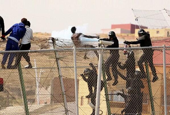 La polémica foto de la Guardia Civil de Melilla con extintores contra los inmigrantes (Efe) http://t.co/LFrjCe5Py8 http://t.co/FQADbMDFwX