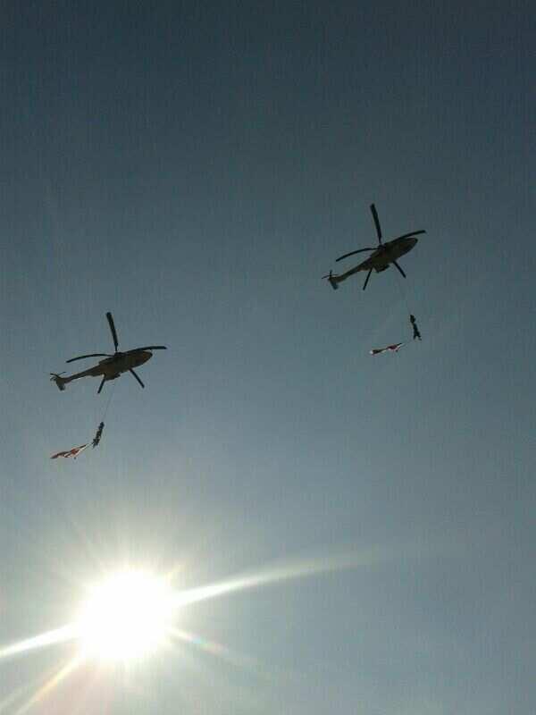 Helicoptetos de Marina en el desfile de #Cuautla #CapitalHistorica los que van colgando, son elementos de la semar http://t.co/Tuwx6UozNR