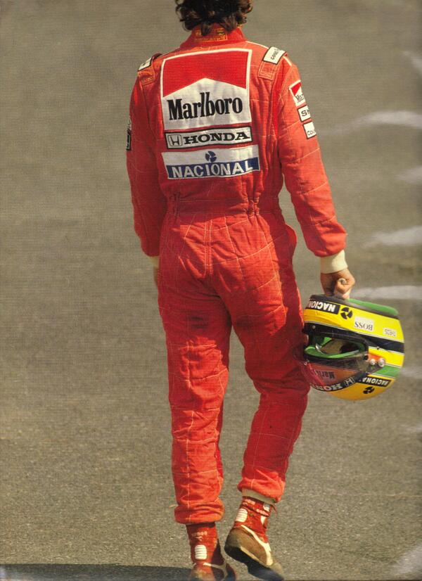"""""""Los cobardes mueren varias veces antes de expirar, el valiente solo una vez prueba la muerte."""" ―Ayrton Senna http://t.co/LaFajbrA6i"""