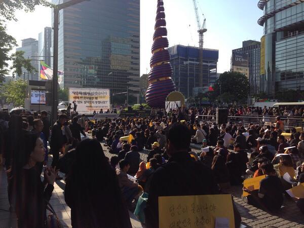 현재 청계광장 촛불은 학생들이 채우고 있습니다 http://t.co/tSXwVAJnqF