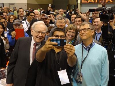 At #BRK2014, Buffett and Gates participate in fan's selfie. http://t.co/zyFPZg48ty