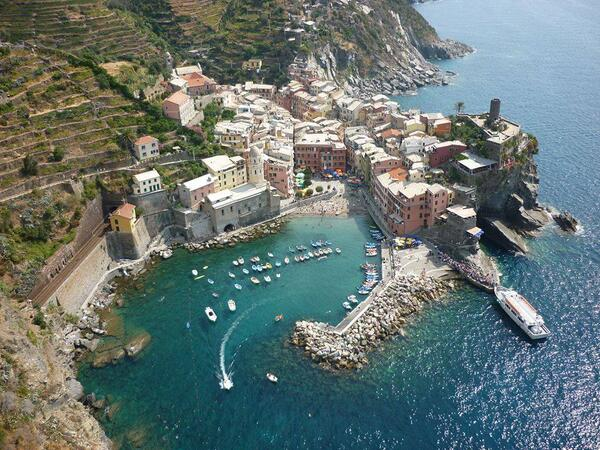 Beautiful aereal view of #Vernazza #cinqueterre Picture by https://t.co/4cEtUW2rMO http://t.co/63x0QVJ7Bi
