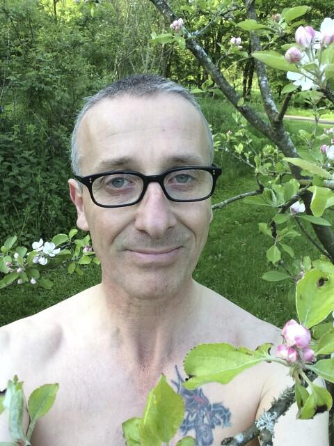 @PerennialGRBS There you go.My humiliation is complete. #gardenselfie http://t.co/feBATBjJ9T