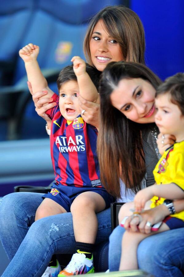 Esta foto del nené de Messi alentando hoy a su papá  es una verdadera cuchura. http://t.co/YRx7FjwxSr