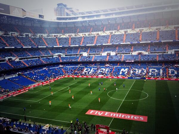 The Whites come out onto the pitch to warm up. 30 minutes until kick-off! #RealMadridValencia #RMLive http://t.co/nz4kjPSDTn