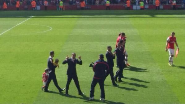 BmzGmmRIMAAMsPv Theo Walcott flashed his famous 2 0 sign from the Tottenham game in Arsenals lap of honour [Pictures]