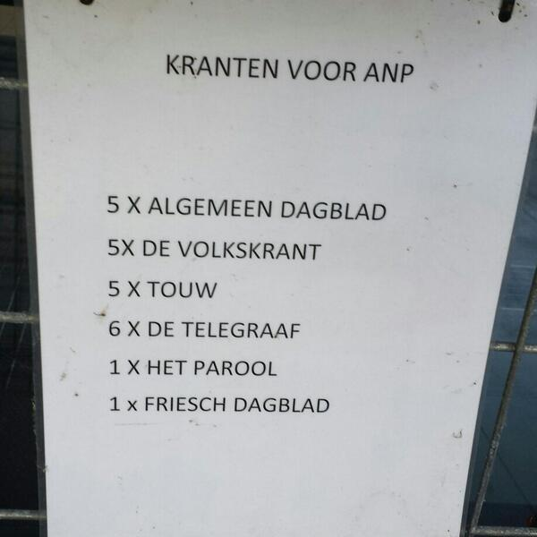De brievenbus van het #ANP laat in elk geval zien wat de belangrijkste krant van Nederland is. En oh ja, wat touw aub http://t.co/jFZk1awovg