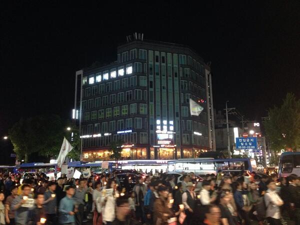 세월호 촛불집회 청계광장에서 행진시작하여 현재 종로 3가를 지나고 있습니다 거리의 시민들도 함께하고 있습니다 분노하고 행동하라!!' http://t.co/eWQAqQCC7y