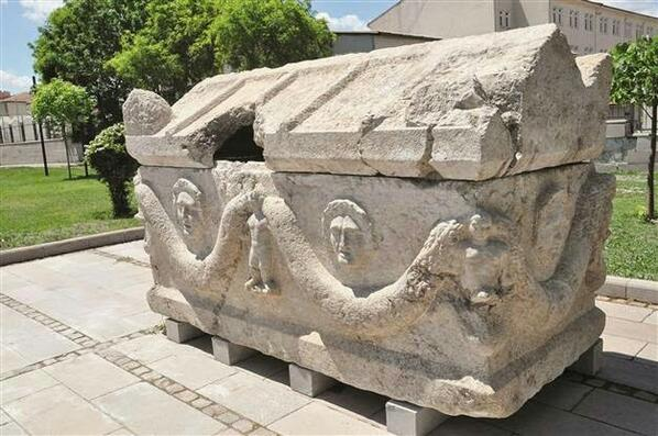 Sarcophagus looted from a Turkish site last month. Damaged by looters. Female skeleton & gold jewellery inside http://t.co/06LpcbnREN