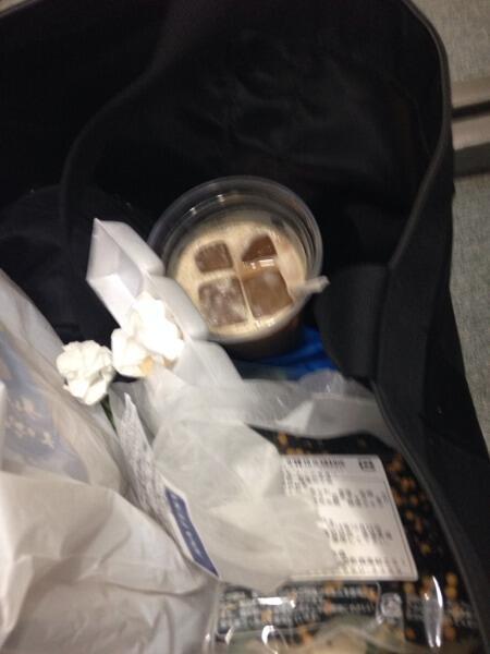 ジャングルポケットの太田がよく僕のバッグにゴミなどを入れて来るのですが、今日は生のアイスカフェオレが剥き出しで入ってました さすがに注意しました 先輩として http://t.co/BGVQSE7u1M