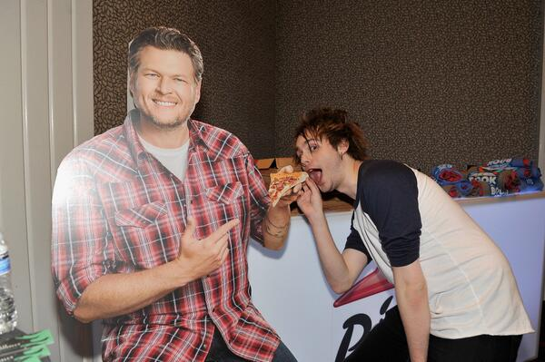 Hungry? It's about time for @billboard Music Awards! #BBMAs #5SOSBBMAS #PizzaHutBBQ http://t.co/ChYUynOy1J