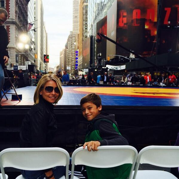 Times Square wrestling #beatthestreets http://t.co/QO3v8wxmnP
