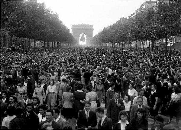 8 mai 1945 Champs Elysées (Ministère de la Défense) http://t.co/txQerhS04C