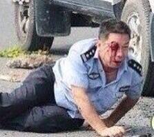 今日アクス市アスル百貨店前でウイグル戦士が中共警察を襲撃し、警官三人を殺し、警察車輌二台を爆破した。戦士二名が犠牲になった。 ウイグル人は全面的に目覚めた。 http://t.co/XxrPjI8jxu
