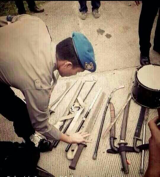 Petugas Polri menyita senjata tajam yg digunakan utk Tawuran antar Supporter Sepak Bola di KM 66 Tol Cikampek. http://t.co/jbcIKGlxrG