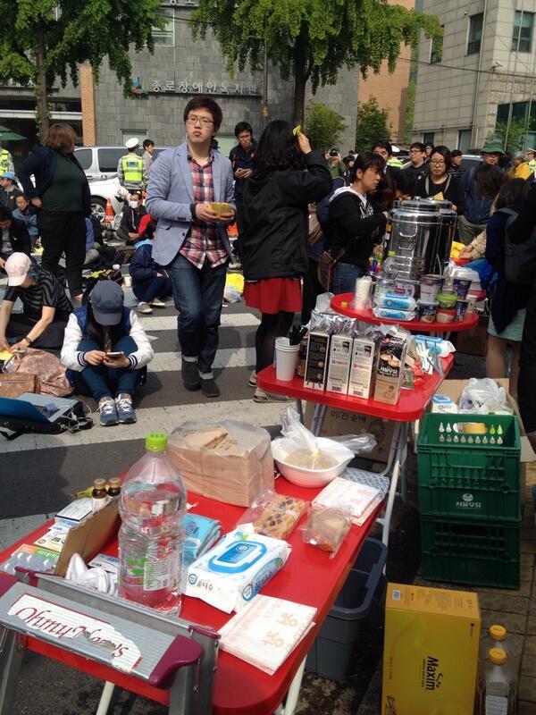 서촌마을공동체 분들과 상인들이 따뜻한 음료와 김밥 등을 준비해 어젯밤부터 세월호 유가족들과 함께 청운동사무소 앞을 지켰다고 하네요,, http://t.co/Yqllpl6xNB