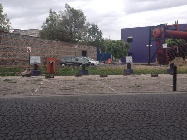 Patricia Gutiérrez (@Paty_GutierrezR): Desde cuándo la Plaza d la Madre es d Casa Reyna?Quitaron bancas y hasta colocan cadenas en la banqueta! @PueblaAyto http://t.co/4M3zasU8r9