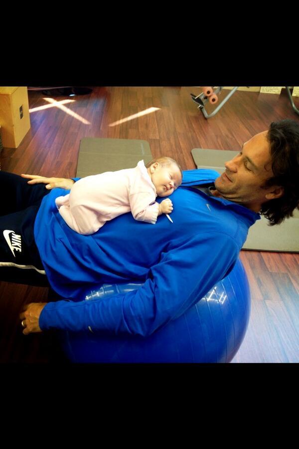 Un papá en el gimnasio... @Charlymoya http://t.co/eRIDKd2TMr