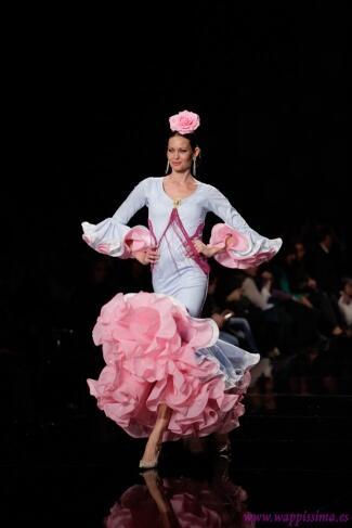 Mar Montoro (@Mar_Montoro): #Moda flamenca ¿Qué vestidos se llevan en la Feria de Abril? Mi nuevo post en http://t.co/UsqkaE3df0 #FashionFridays7 http://t.co/6WO2IxBhmL