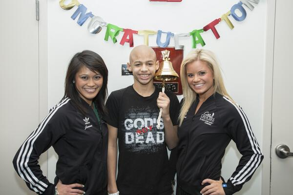 Devin, a former cheerleader, rings the end of cancer treatment bell at MGH with help from the @CelticsDancers. http://t.co/Bo3jETmFRZ