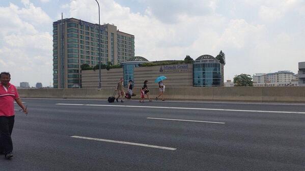 นักท่องเที่ยวเดินลากกระเป๋าเดินทางบนโทลเวย์ หลังการ์ด กปปส ปิดเส้นทางบนทางด่วน นักท่องเที่ยวจำนวนมากตกเครื่อง http://t.co/HB5x3Qqxe7