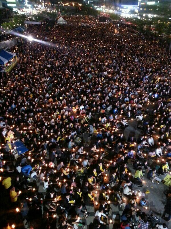 """@dkfmaxhrn: @jihokim: 경찰추산 5,000명?  탑승자 구조자 숫자도 못세더니... 광장에 들어서지도 못하고  밖에 서있던 사람만 5,000이다. http://t.co/9mIp7RYht9"""""""" 경찰추산 대한민국 인구는 5백만."""