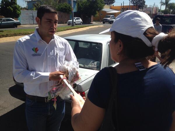 COBAED (@COBAEDoficial): Detalle de @Tere_AdelC y @JHerreraCaldera #DiaDeLaMadre @meregobdgo @DIF_Durango @gobdgo @comunicaciondgo http://t.co/CushUPXlo4