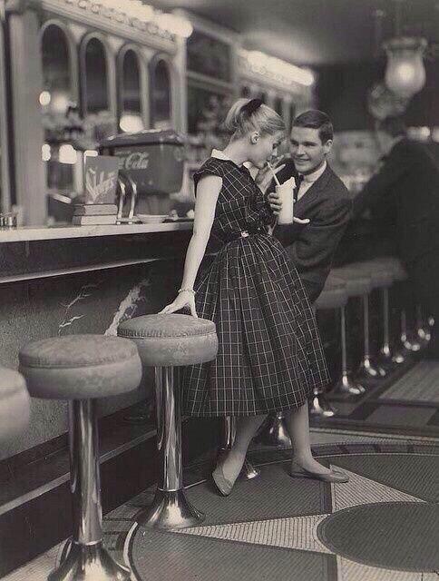 Adolescentes teniendo una cita, 1950. http://t.co/V9k3SMnI90