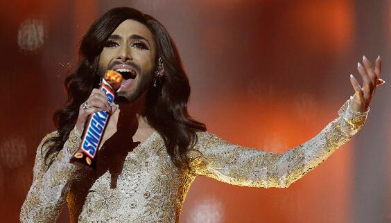 """ROFL :D """"@merseyboyred: """"Dan, eat a Snickers"""" """"Why?"""" """"Because you turn into a right diva when you're hungry"""" http://t.co/zm3XqHhZBS"""""""