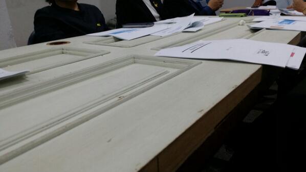 박원순  캠프 회의실의 회의 테이블. 문짝을 재활용한 것입니다. 재벌 출신 후보캠프는 상상도 못할 일이지요. 원순씨  답습니다. http://t.co/vi5DIufICg