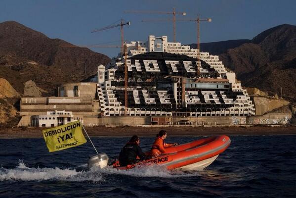 Así han dejado los de @greenpeace_esp  el hotel el Algarrobico. Buen trabajo!!! http://t.co/nAfNMLEyyU