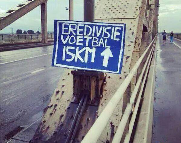 Vermoedelijk waren creatieve Vitesse fans actief op de Waalbrug net buiten Nijmegen... #leedvermaak http://t.co/LOZpd0uVVM