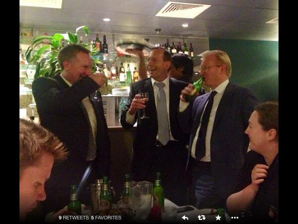 "Here's the pic (which had been deleted) of @TonyAbbottMHR with @dailytelegraph tonight.  http://t.co/YXpIX0tW04""   (via @ajbluebird7)"