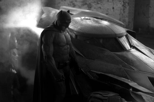 Now we get our First Look at Ben Affleck as Batman and the Batmobile in Batman vs Superman! - https://t.co/BDgSeyIytG