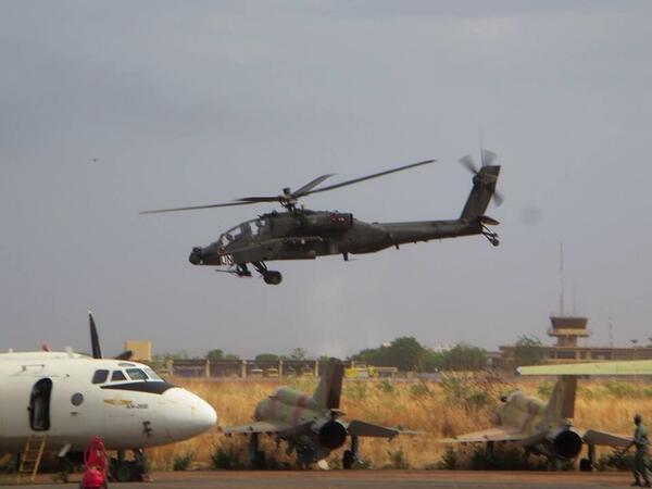 Allereerste #Apache airborne in #Mali voor testvlucht. #inhetbelangvoorNL http://t.co/fFs1oyYaCq