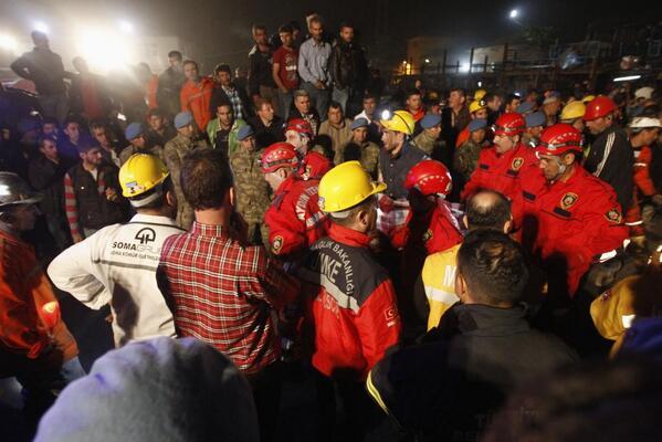 """ahhh ya. Madenden yaralı kurtarılan işçi soruyor: """"Çizmelerimi çıkarayım mı? Sedye kirlenmesin."""" v/ @milliyet http://t.co/wQHuSZ84p2"""