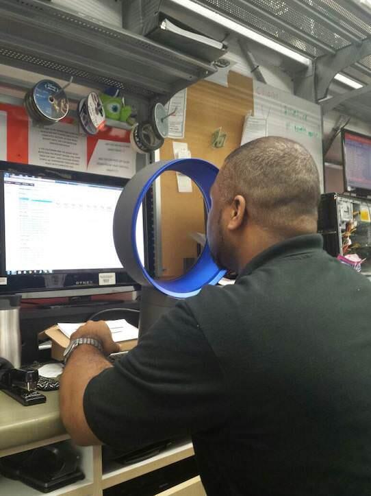 暑いオフィスでのダイソンの使い方...らしいですが、衝撃を受けました。イノベーティブですね。。。 http://t.co/DBvM7WdPXL