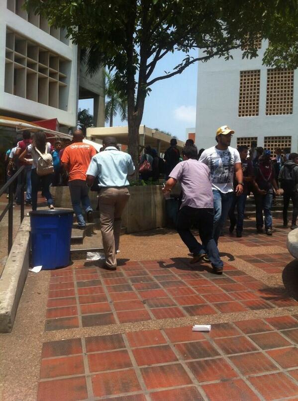 GN ataca en Maracaibo, hay heridos y desmayados - Momentos de terror en Urbe. http://t.co/doVRfkHvHD #14M vía @Lyliane_M